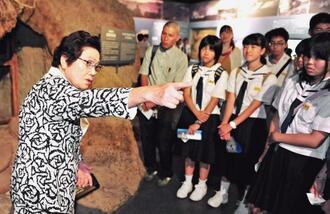 ひめゆり平和祈念資料館を訪れた修学旅行生に戦争体験を語る島袋淑子さん。高齢のため、7年間務めた7代目館長を2018年3月に退いた(13年撮影)