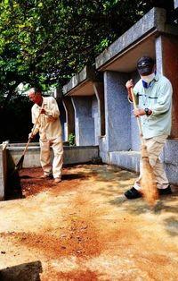 お墓掃除「ご先祖さまに感謝」 沖縄で清明入り