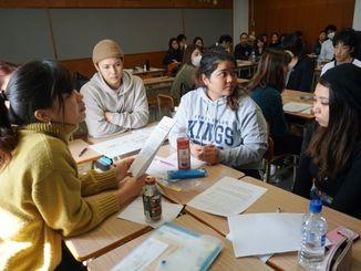 沖縄での外国人の労働環境について話し合う学生たち=7日、西原町・沖縄キリスト教学院大学