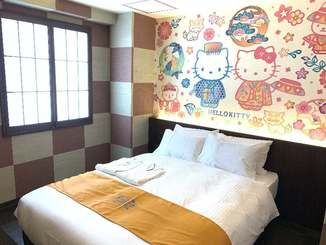 琉装を着たハローキティなどが描かれている「ホテル沖縄withサンリオキャラクターズ」の客室=10日、那覇市