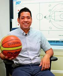 「指導者としてバスケット界に恩返しがしたい」と語る城間修平さん=22日、東京・日本大学文理学部キャンパス