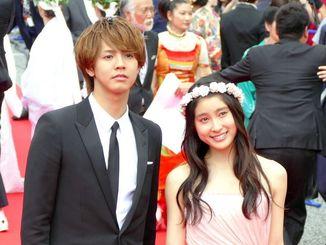 「兄に愛されすぎて困ってます」出演の土屋太鳳(右)と片寄涼太