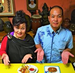 親鶏を使った新メニューを示す「名護曲レストラン」の渡具知綾子オーナー(左)とフレッシュミートがなはの我那覇俊佑常務=14日、名護市世冨慶・同レストラン