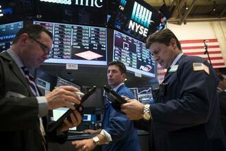 ニューヨーク証券取引所のトレーダーたち=19日(ゲッティ=共同)