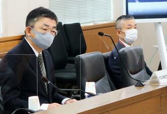 総務省の有識者会議に出席したKDDIの高橋誠社長。右は楽天モバイルの山田善久社長=3日午前、総務省
