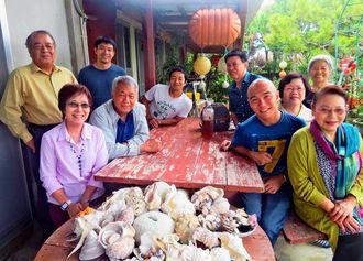 上里政豊さん宅でリラックスした笑みを浮かべるヒデコさん(手前左)=4月11日、伊是名村