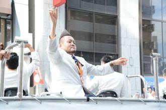 声援に手を振って応える仲里進選手=7日、東京都中央区