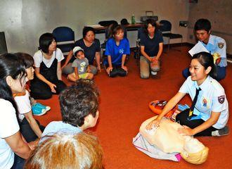 AEDの適正な使用方法などを説明する「AED48isg」のメンバーら