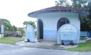 旧城辺町が違法なまま設置したトイレや駐車場。現在は撤去工事が進んでいる=宮古島市城辺・新城海岸