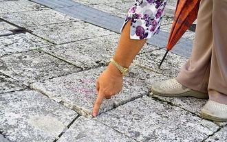石畳が傾いてできた段差=13日、那覇市首里当蔵町の龍潭通り周辺