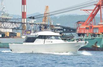 大型作業船の周囲を警戒するマリンセキュリティーの警備艇=4月30日、名護市辺野古の米軍キャンプ・シュワブ沖