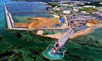 埋め立て作業が進む名護市の辺野古沿岸部。完成時期や予算は明らかになっていない=12日(小型無人機から)