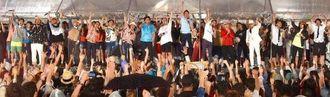 大雨の中、会場一体となって歌いフィナーレを飾った沖縄国際映画祭=24日午後9時ごろ、那覇市辻・波の上うみそら公園(渡辺奈々撮影)