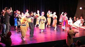 最後のカチャーシーでは舞台に観客も上がり、一緒に盛り上がった=ギメ美術館劇場