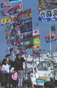 きょう1月28日は旧正月 沖縄・糸満漁港に大漁旗