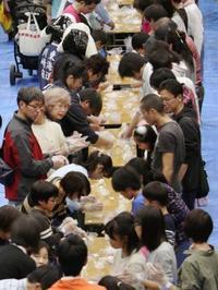 同時におにぎり、川崎で世界記録 1876人達成