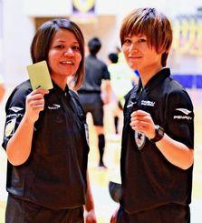 フットサル2級審判員として初めて笛を吹いた平良真弥さん(左)と赤嶺志穂さん=13日、県総合運動公園体育館