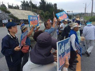 ゲート前で「命の海に杭は打たせない」と訴える市民ら=6月3日午前10時半、名護市辺野古・キャンプ・シュワブ新ゲート前