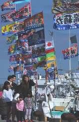 旧正月を祝い漁船に掲げられた大漁旗が風になびく=28日午前10時すぎ、糸満漁港