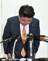 (資料写真)記者会見で100万円受領を認め、頭を下げる下地幹郎氏=6日午後、那覇市おもろまちの後援会事務所