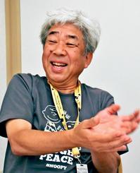 インタビューに答える吉本興業の大﨑洋会長=那覇市内