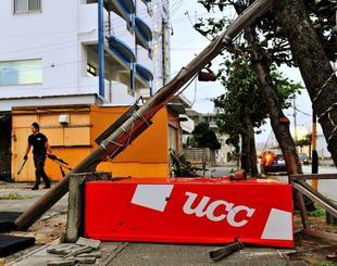 強風でなぎ倒された自動販売機と電柱=28日午後5時38分、北谷町北谷(喜屋武綾菜撮影)