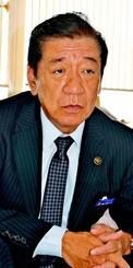 2期目の抱負を語る桑江朝千夫市長=23日、沖縄市役所