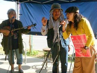 古謝美佐子さんが「島々美(かい)しゃ」を歌ったとき、美佐子さんの求めに応じて「返し」を務めたのは、安保関連法に反対するママの会の城間真弓さんだった