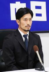 契約更改交渉を終え、記者会見する中日・祖父江=29日、ナゴヤ球場