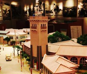 那覇市歴史博物館が戦前の那覇市街を再現した模型。模型の中心にあるのが那覇市役所の塔=2014年10月