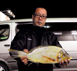 勝連海岸で53.1センチ、1.98キロのタマンを釣ったチームT.N.F.Cの大山威二さん=21日