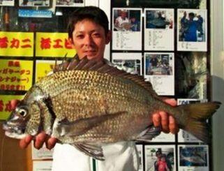 名護海岸で49.2センチのミナミクロダイを釣った安里祐希さん=24日