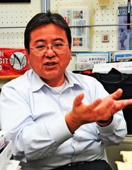 インタビューに答える鎌尾彰司日本大学の准教授