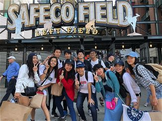 マリナーズの本拠地セーフコ・フィールドで試合観戦をした生徒たち=米シアトル
