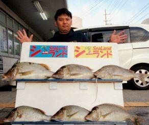 那覇一文字で71.1センチ、4.08キロのタマンを釣った安里和也さん=24日