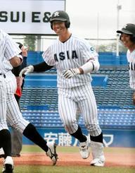 亜大―中大 3回、満塁本塁打を放ち迎えられる亜大・頓宮=神宮