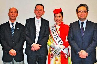 沖縄フェアの人気ぶりを紹介した川瀬裕正部長(左から2人目)と七尾宣靖部長(右端)=9日、沖縄タイムス社