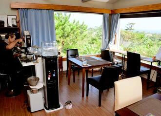 宮里さんが名護市安部で営む「カフェ・ドゥ・ミヤ」。東海岸が一望できる