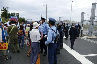 辺野古新基地建設に抗議を続ける市民ら=21日午前、名護市・キャンプシュワブゲート前