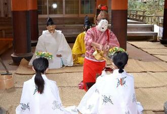 丹生都比売神社で行われた「天野の御田祭」=17日午後、和歌山県かつらぎ町