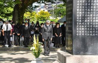 韓国人原爆犠牲者慰霊祭で、慰霊碑に向かって黙とうする参列者=5日午前、広島市の平和記念公園