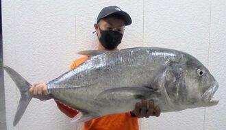伊計島で95センチ、11.1キロのガーラを釣った上村丈太さん=6月27日