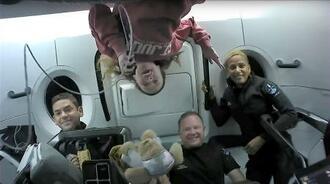 宇宙船クルードラゴン内で笑顔を見せるジャレド・アイザックマンさん(左端)ら(スペースX提供・ロイター=共同)