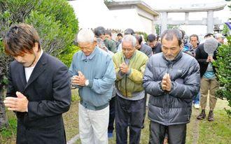町鳥島の七嶽神社で手を合わす仲宗根弘之区長(左)と住民ら=久米島町鳥島