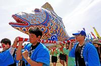 海の上練り歩く魚 タマン担いで大漁祈願 沖縄・平安座島「サングヮチャー」