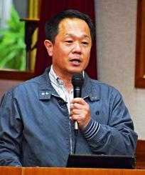 沖縄の闘牛を文化として認知させることの必要性を説く高田勝さん=3月日、今帰仁村・仲宗根公民館
