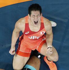 男子グレコローマン77キロ級3位決定戦 イラン選手に勝利し、雄たけびを上げる屋比久翔平=幕張メッセ