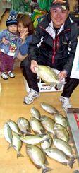 5日、美浜海岸でカーエーを数釣りした安里秀樹さん(右)。竿マスターモデルMH53