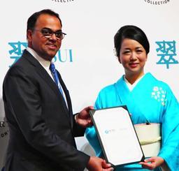 伊良部島で高級ホテルを開業する伊達社長(右)とラジーブ・メノン氏=30日、東京都・東京マリオットホテル