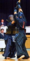 男子個人決勝 攻める伊波の辻村琉冴(左)